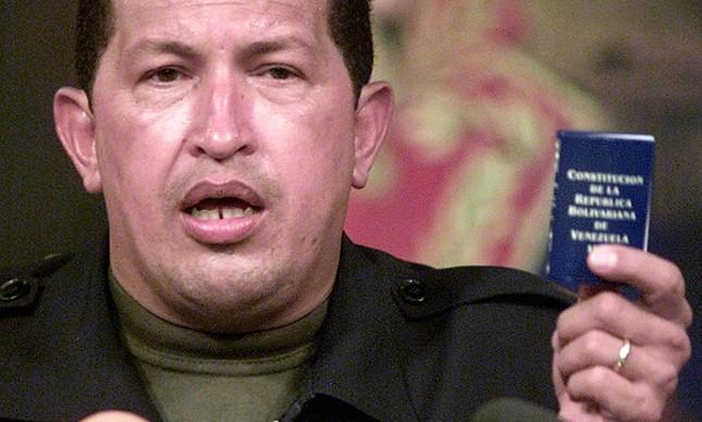 Chavez e a Constituição: mecanismo teria dado origem a um novo tipo de democracia