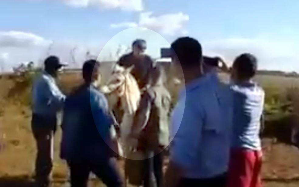 Sem máscara, Bolsonaro faz visita surpresa a povoado em Goiás, abraça moradores e monta em cavalo — Foto: Reprodução/Facebook