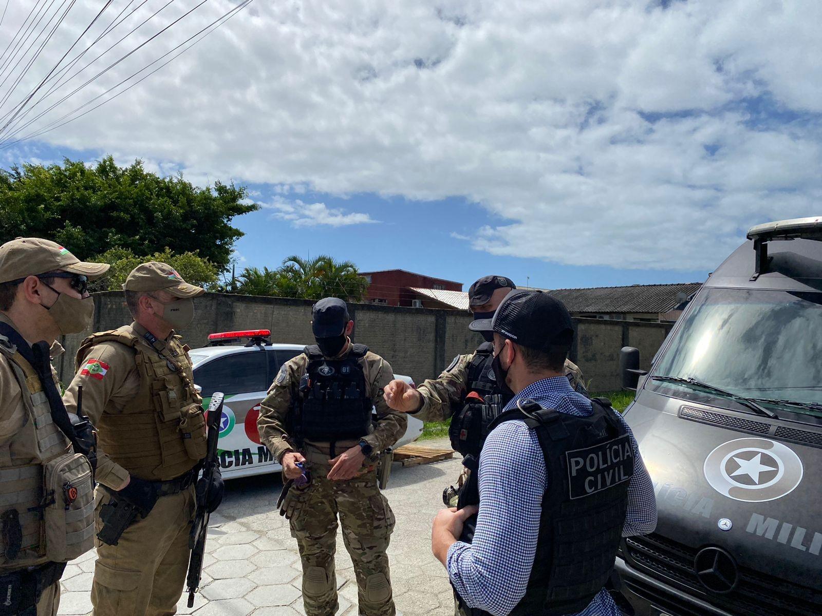 Vídeo mostra artefato similar a uma bomba ser retirado de carro usado em assalto a agência bancária em Porto Belo