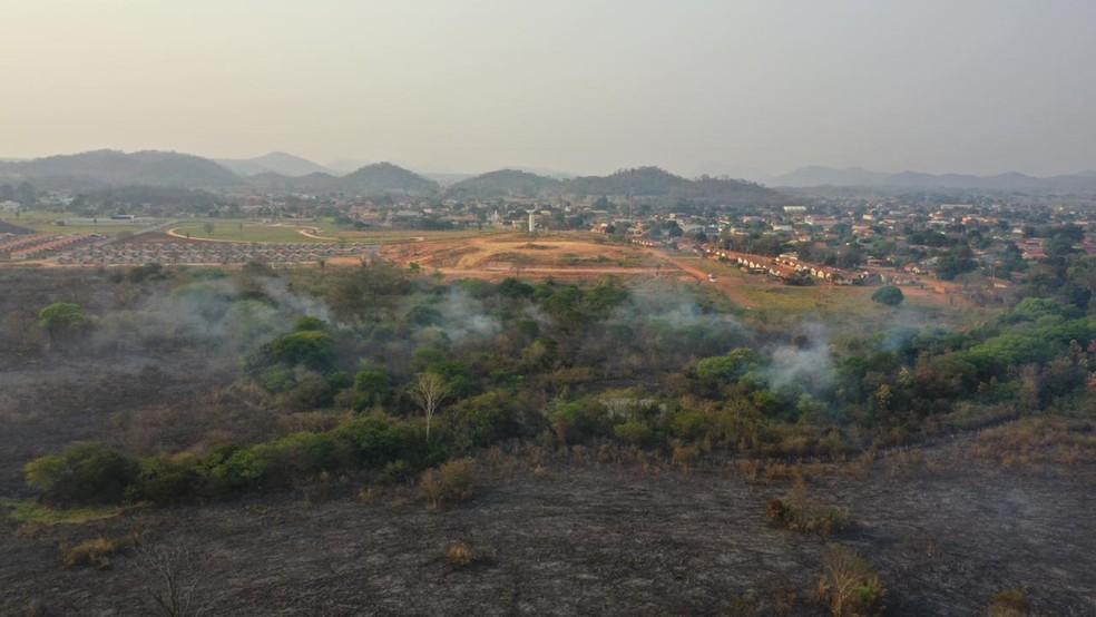 Incêndio já destruiu 200 hectares e aceiro é construído as pressas em Bodoquena.  Foto: Osvaldo Daniel