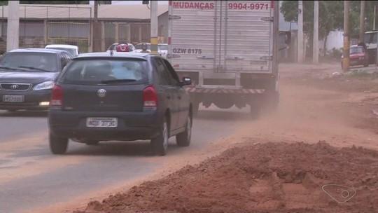 Chuva deixa trecho de rodovia tomado por lama, em Cachoeiro