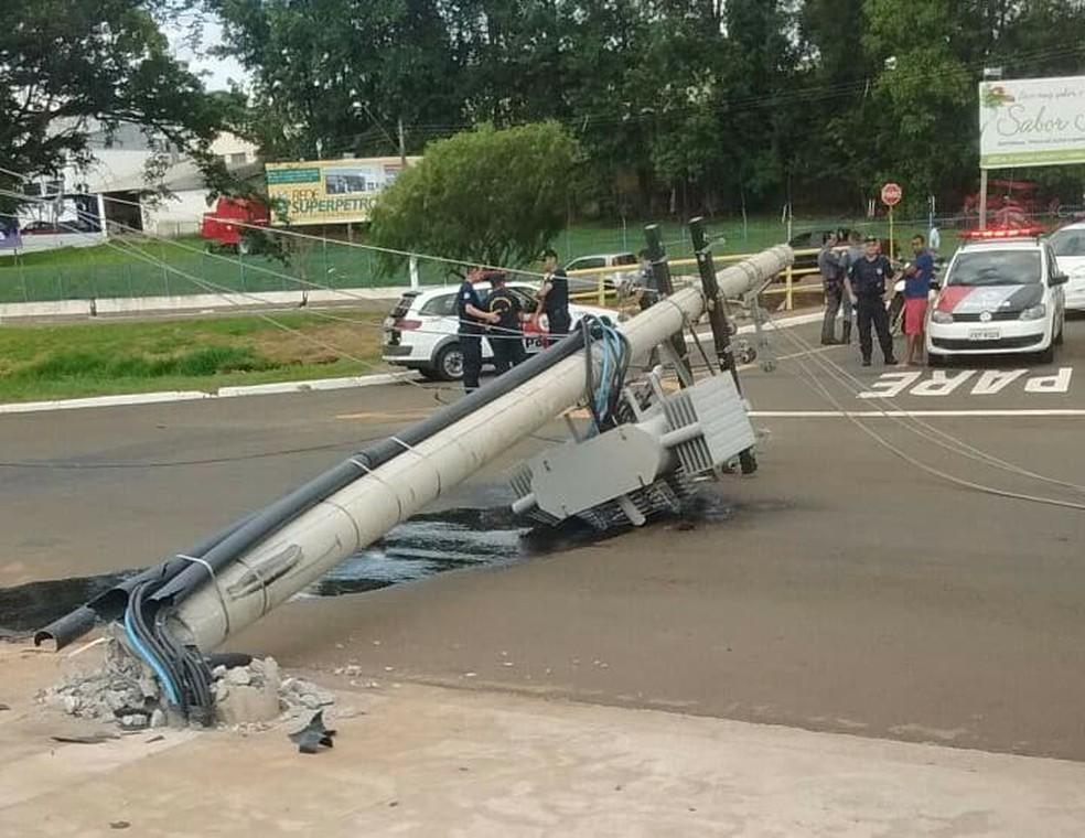 Motorista perdeu o controle da dire��o do caminh�o em Leme (Foto: Reprodu��o/R�dio Leme FM)