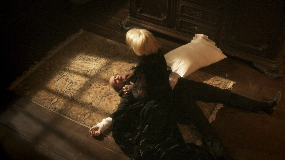 Greta (Julia Lemmertz)  mata Schultz (Ruben Gabirra), em 'Novo Mundo' — Foto: TV Globo