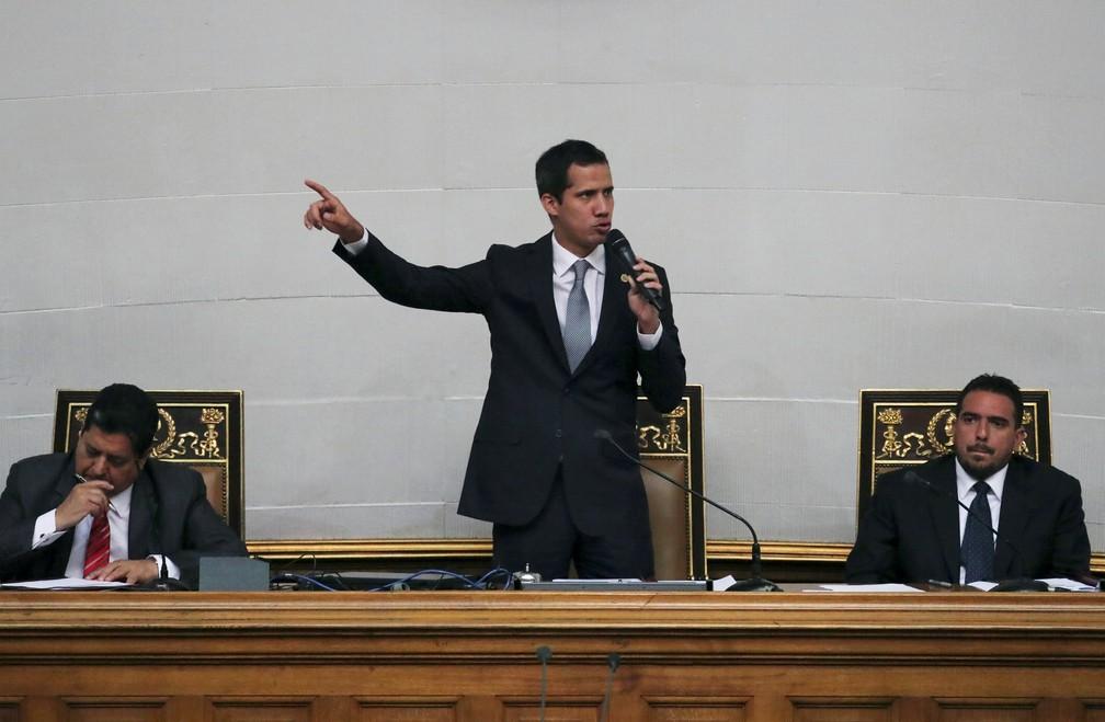 Juan Guaidó discursa na Assembleia Nacional da Venezuela nesta terça-feira (26) após chegada de militares russos — Foto: Ivan Alvarado/Reuters