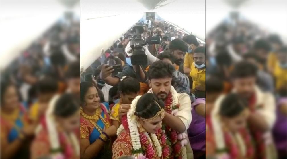 Casal indiano freta avião para fazer uma festa de casamento no ar com 161 convidados e driblar as restrições contra a Covid-19 na Índia em 23 de maio de 2021 — Foto: Montagem/G1