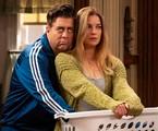 Eric Petersen e Annie Murphy em 'Kevin can f**k himself' | AMC