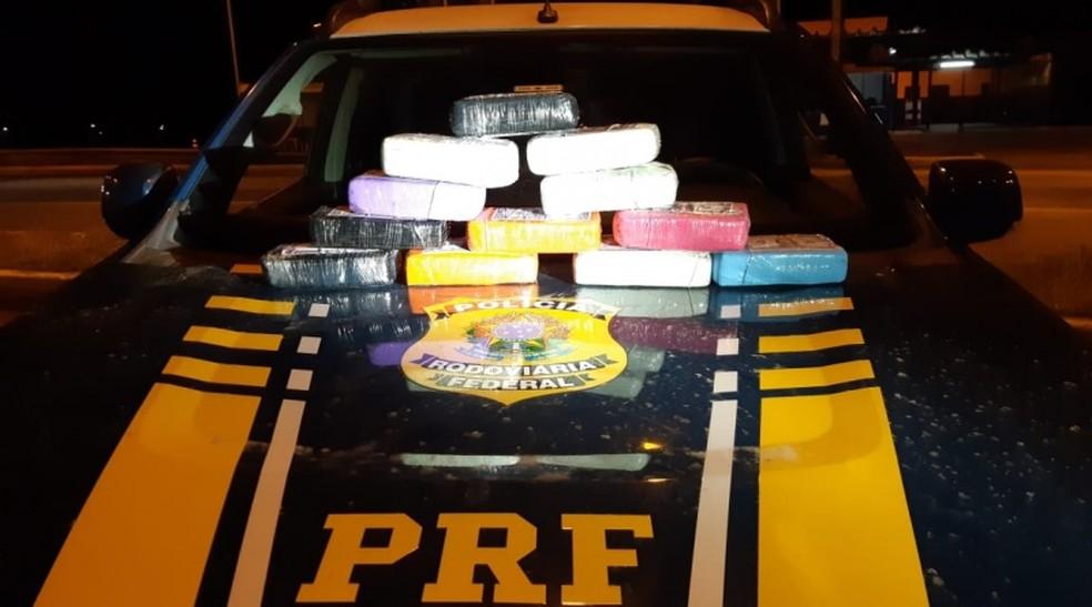 Dois homens são presos em flagrante com cocaína escondida em estepe de carro de luxo na BR-116 — Foto: Reprodução/PRF-BA