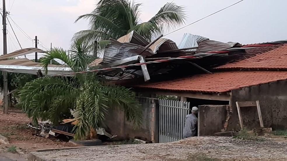 Casas foram destelhadas durante vendaval — Foto: Maycon Monteiro/Divulgação