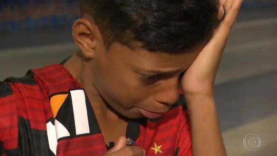 Após viralizar, Marquinhos vê um jogo do Fla no estádio pela 1ª vez e chora com camisa de Vinicius Jr