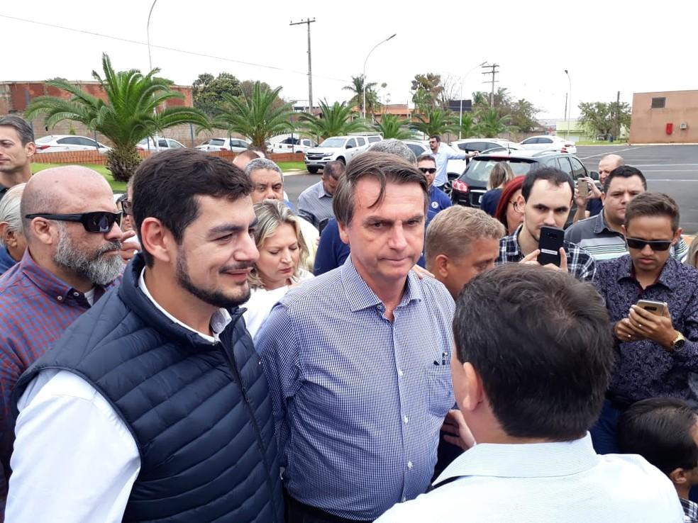 Jair Bolsonaro tira fotos com eleitores na chegada ao Hospital de Amor em Barretos, SP (Foto: Reger Senna/CBN Ribeirão)
