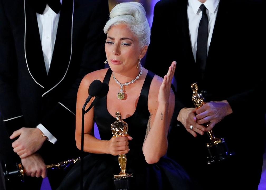 Lady Gaga recebe emocionada o Oscar de Canção Original por 'Shallow' em 'Nasce uma estrela' — Foto: Mike Blake/Reuters