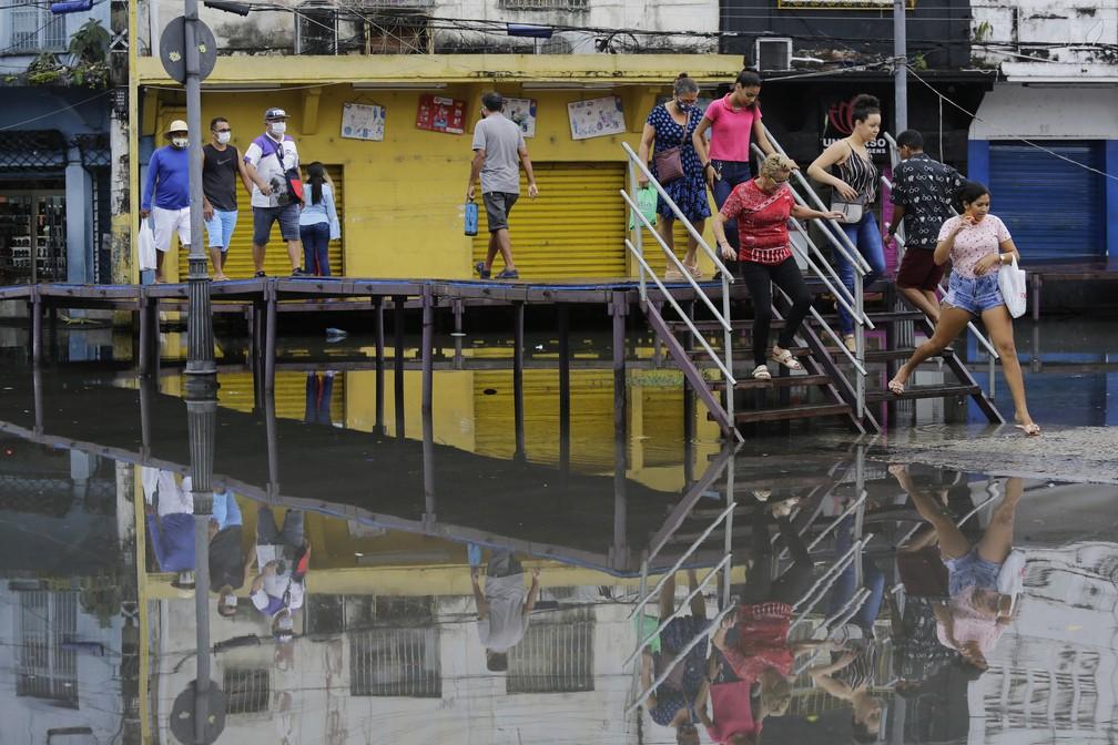 Moradores de Manaus enfrentam ruas alagadas e lixo acumulado na região central da cidade de Manaus (AM) — Foto: NELSON ANTOINE/ESTADÃO CONTEÚDO