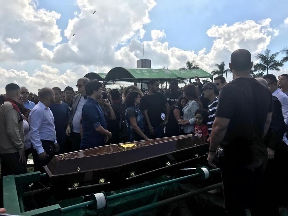 Enterro do corpo do pastor Anderson do Carmo, marido da deputada Flordelis — Foto: Alba Valéria Mendonça/G1