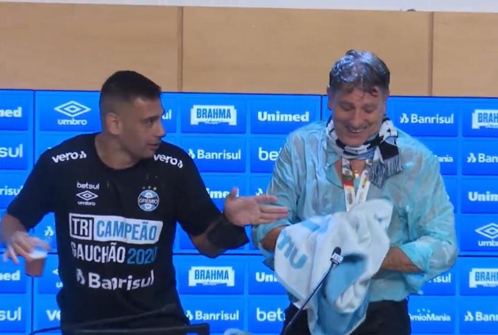Diego Souza veste cachecol em Renato após título do Grêmio — Foto: Reprodução/Grêmio TV
