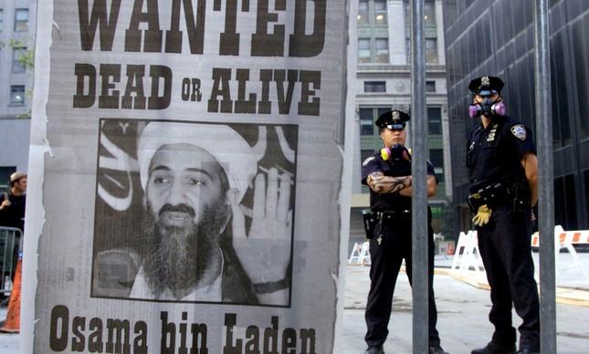 """Cartaz de """"procura-se"""" com a imagem de Osama bin Laden em Nova York"""