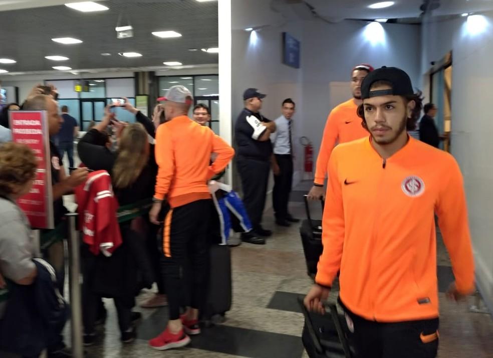 Nonato no retorno do Inter a Porto Alegre — Foto: Lucas Bubols / GloboEsporte.com