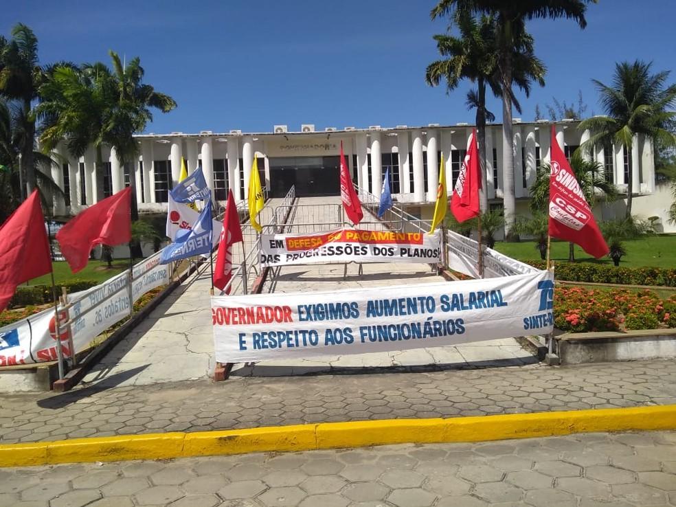 Faixas são deixadas em frente à governadoria do RN, durante protesto de servidores (Foto: Sinsp/Divulgação)