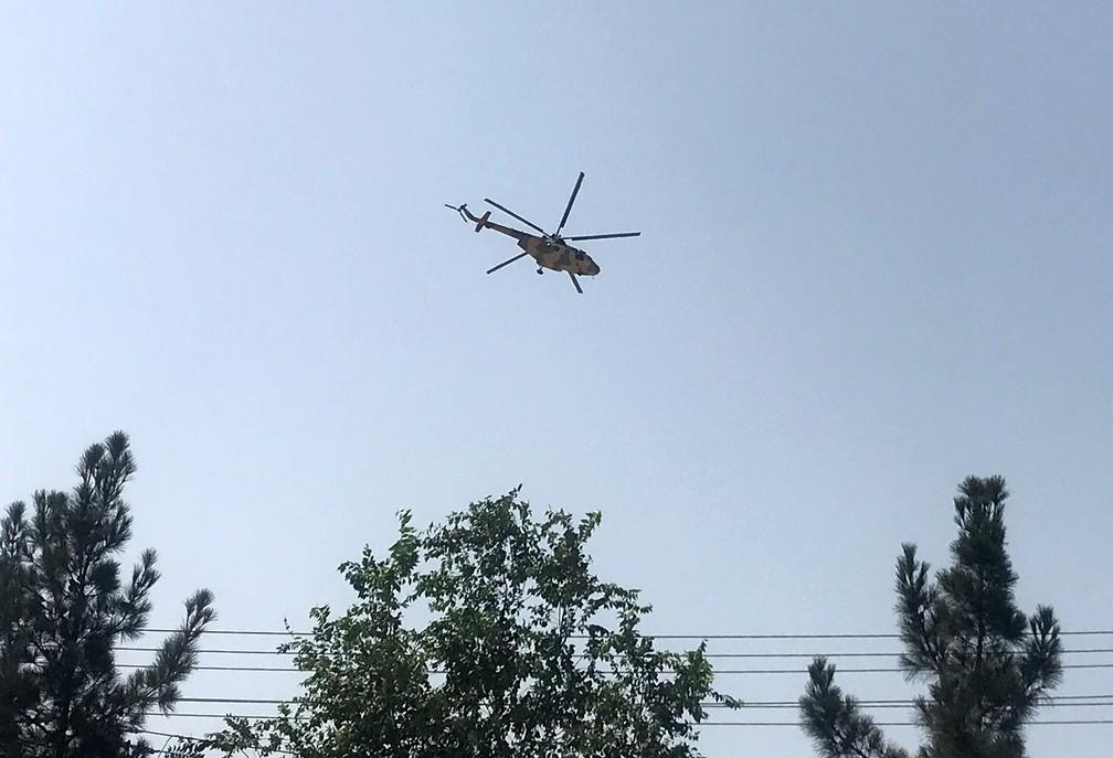 Helicóptero militar sobrevoa a capital do Afeganistão, Cabul, em 15 de agosto de 2021 — Foto: Reuters/Stringer