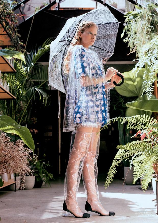 Chanel A partir de R$ 10.030 (capa de chuva). A partir de R$ 34.300 (vestido). A partir de R$ 6.050 (botas). A partir de R$ 4.490 (bracelete). A partir de R$ 4.490 (guarda-chuva) (Foto: Tauana Sofia)