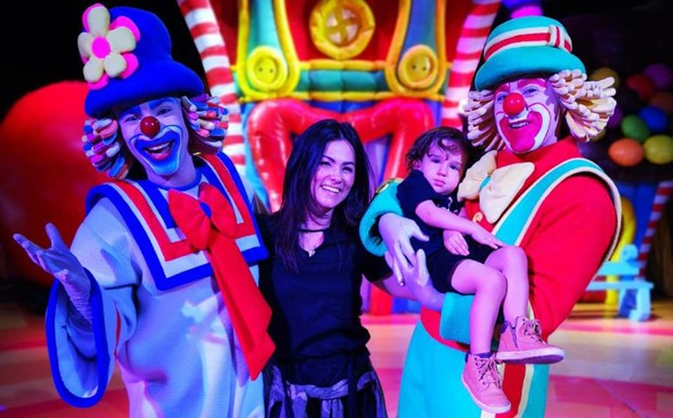 Suzana Alves com o filho, Benjamin, e Patati Patatá (Foto: Ligia Pontes / Divulgação)