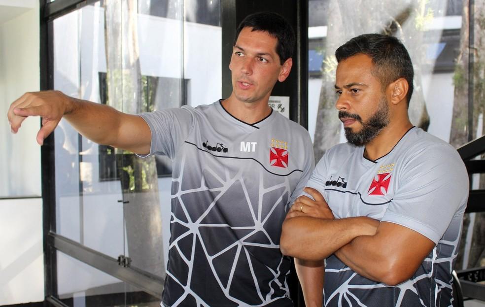 Marcos Teixeira, diretor médico do Vasco, e Daniel Gonçalves, gerente científico  — Foto: Carlos Gregório Jr./Vasco