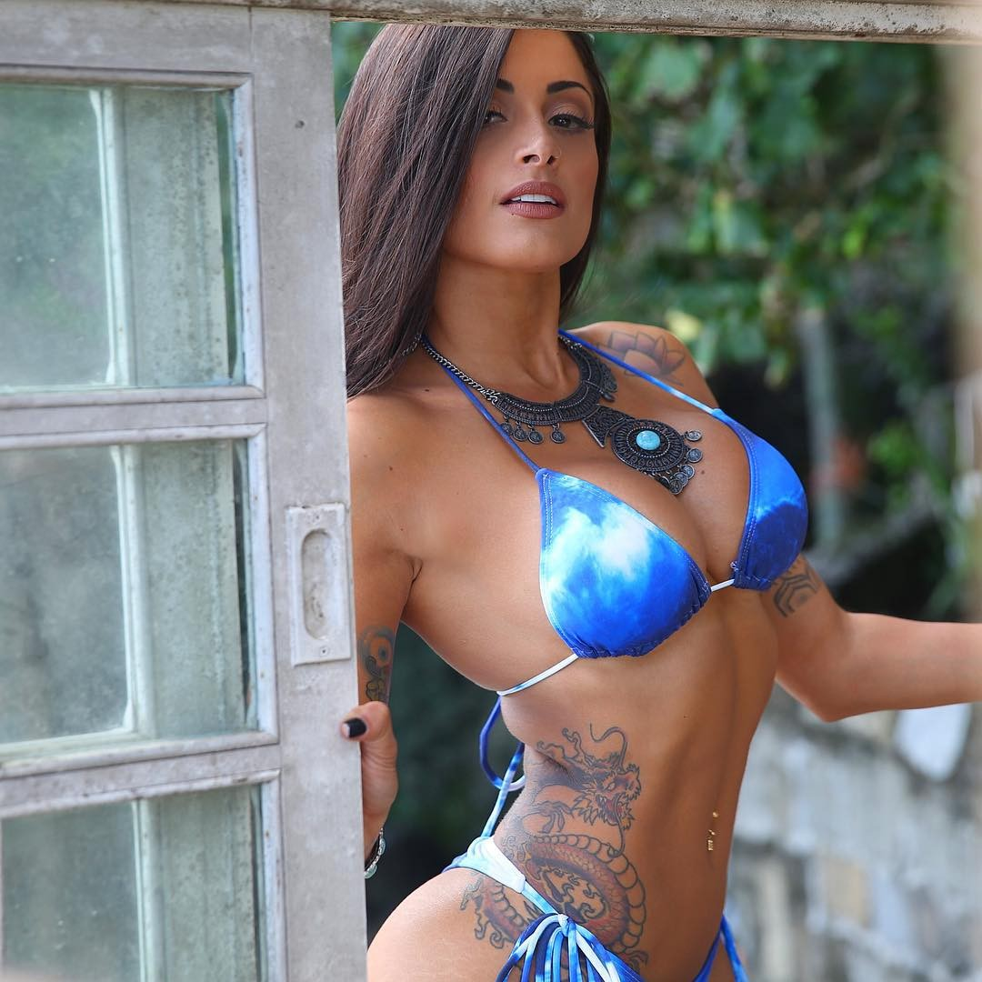 Aline Riscado Playboy aline riscado arrasa em foto com biquíni azul e silhueta