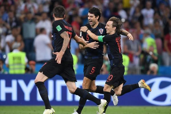 Os craques croatas Luka Modric e Mario Mandzukic celebrando a vitória da Croácia contra a Rússia na Copa do Mundo (Foto: Getty Images)