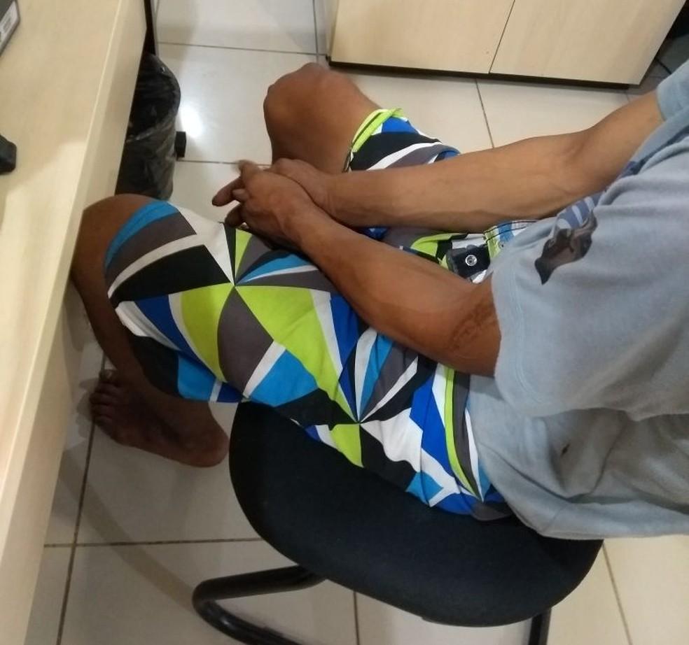 Suspeito foi levado para a delegacia onde foi interrogado e autuado em flagrante (Foto: Marcelo Marques/G1 RR)