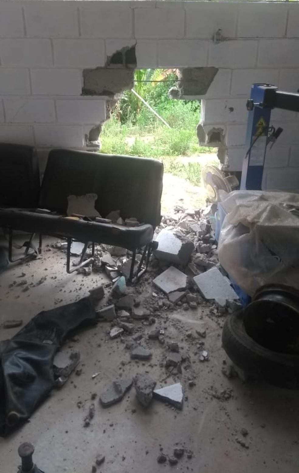 Parede que dá acesso ao almoxarifado foi danificada na ação — Foto: Divulgação/Prefeitura de Jambeiro