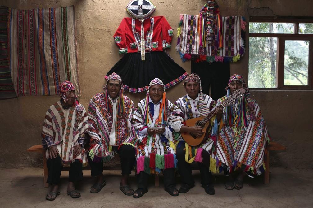 Moradores de Pitumarca, no Peru, na região da Montanha das Cores — Foto: Martin Mejia/AP