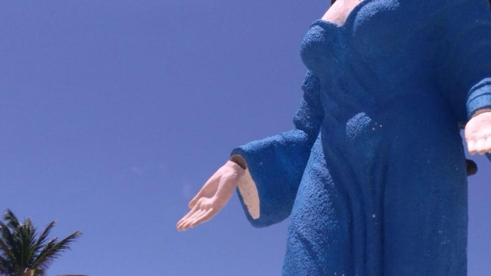 Mão da estátua de Iemanjá na Praia do Meio, em Natal, sofreu vandalismo menos de um mês após inauguração — Foto: Geraldo Jerônimo/Inter TV Cabugi