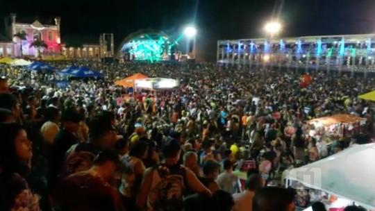 Quarta noite do 'Carnapauxis' atrai 13 mil foliões pelas ruas de Óbidos, PA