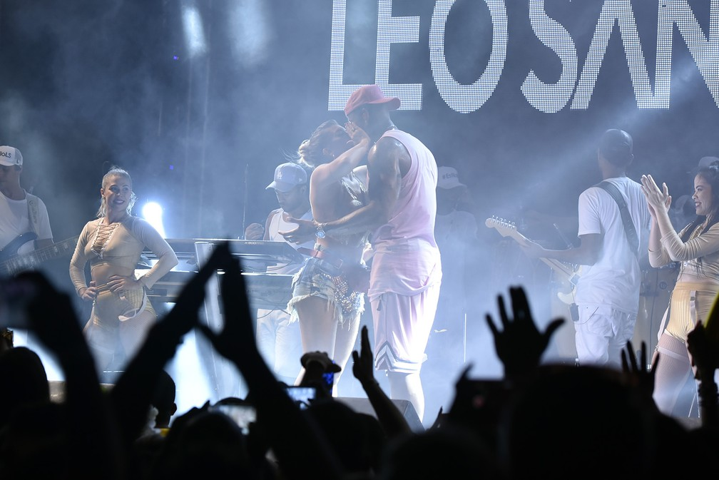 Lore Improta e Léo Santana se beijam (Foto: Elias Dantas/Ag. Haack)
