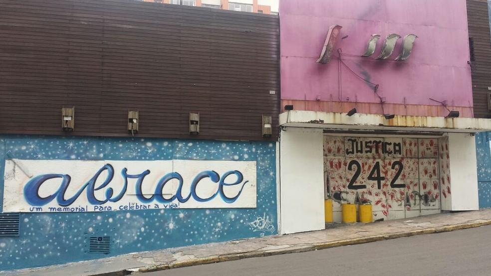 Pintura na fachada da antiga Boate Kiss, em Santa Maria — Foto: Flávio Silva / Divulgação / AVTSM