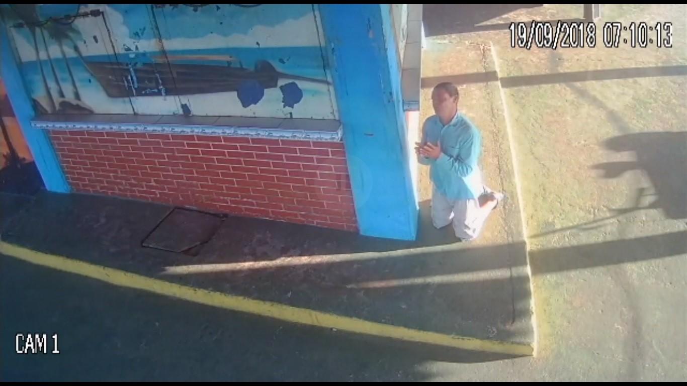 Morador de rua é suspeito de atear fogo em carro de comerciante; vídeo