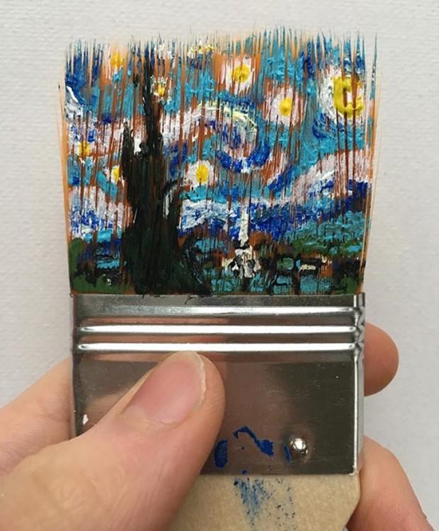 """O quadro """"Uma Noite Estrelada"""" foi desenhado sobre as cerdas de um pincel (Foto: Instagram/ Reprodução)"""