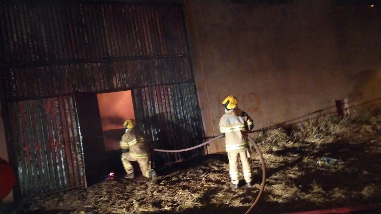 Galpão cheio de feno pega fogo em Frutal; veja vídeo