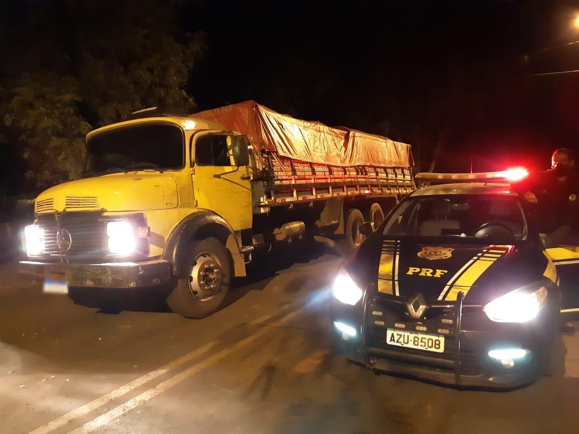 Motorista abandona caminhão com cerca de 300 mil maços de cigarros contrabandeados, na BR-272