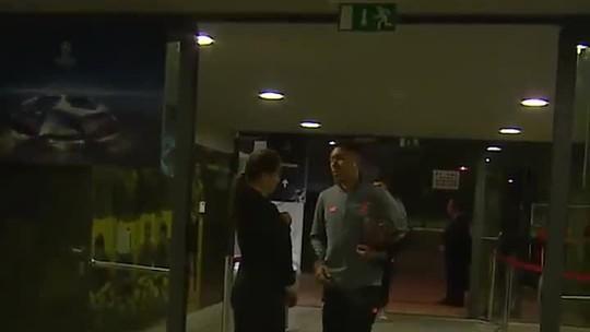 Firmino é impedido de entrar em estádio e volta ao ônibus para buscar credencial