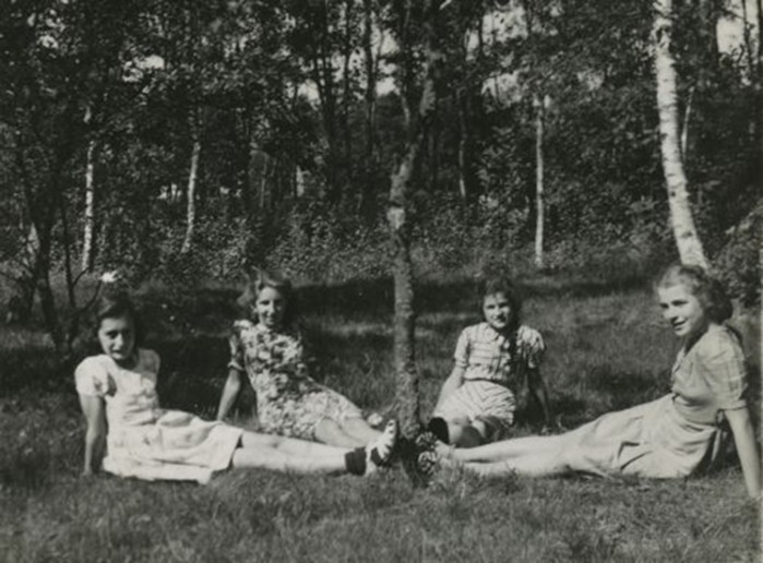 Anne Frank (à esquerda) e três amigas no verão de 1941 (Foto: Photo collection Anne Frank Stichting, Amsterdam)