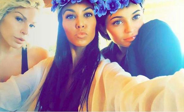 A maquiadora Joyce Bonelli com Kourtney Kardashian e Kylie Jenner (Foto: Instagram)