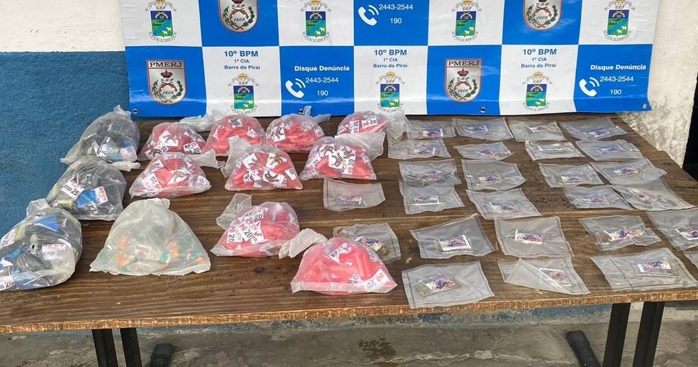 Drogas estavam enterradas em área de mata no bairro Caixa d'Água — Foto: Divulgação/Polícia Militar