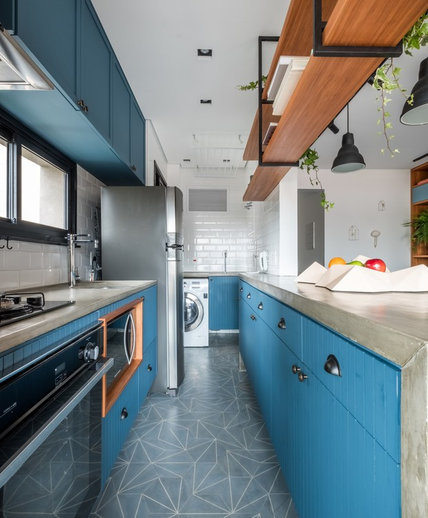 COZINHA | Os revestimentos de ladrilho hidráulico, os armários de madeira e o azulejo de metrô carimbam trazem a atmosfera artesanal e retrô para a cozinha (Foto: Nathalie Artaxo/ Divulgação)