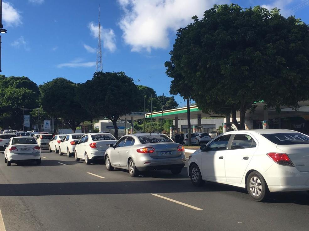 Motoristas fizeram carreata na Bonocô, em Salvador — Foto: Isabela Cardoso/G1