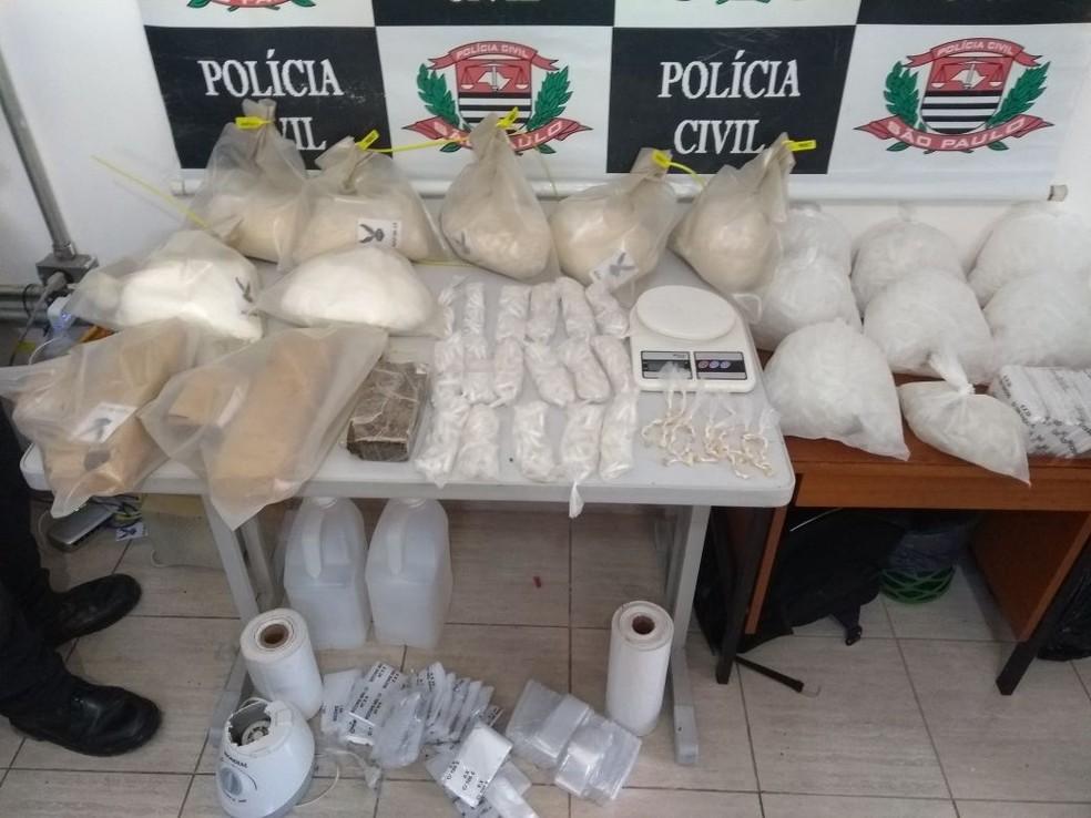 Entorpecentes foram apreendidos na manhã desta terça-feira (27) no bairro Topolândia em São Sebastião (SP). (Foto: Divulgação/DISE)