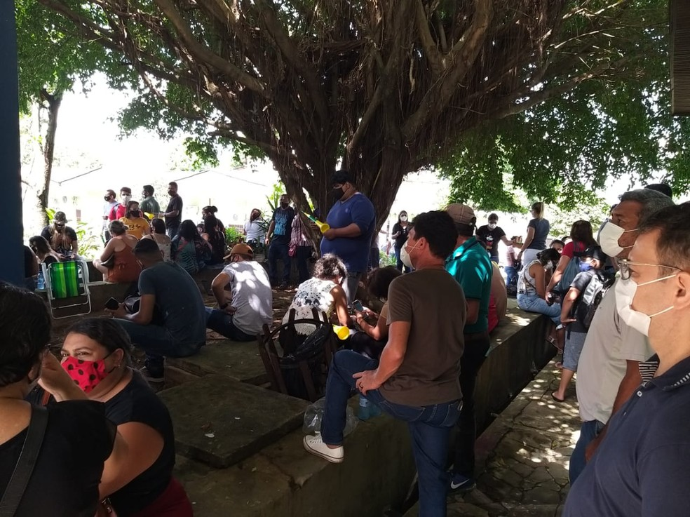 Trabalhadores pedem para ser ouvidos pela secretária Socorro Neri — Foto: Eldérico Silva/Rede Amazônica