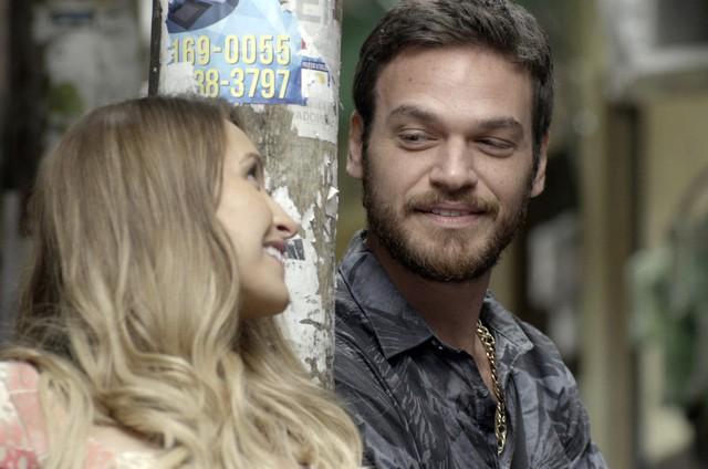 Emilio Dantas e Carla Diaz em cena como Rubinho e Carine em 'A força do querer' (Foto: TV Globo)