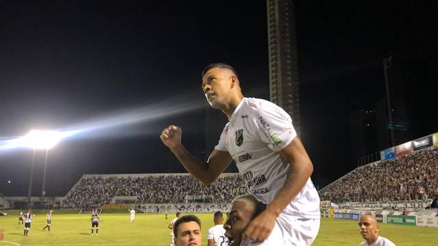 Wallyson sobe nos ombros de Maurício para comemorar gol sobre o Treze