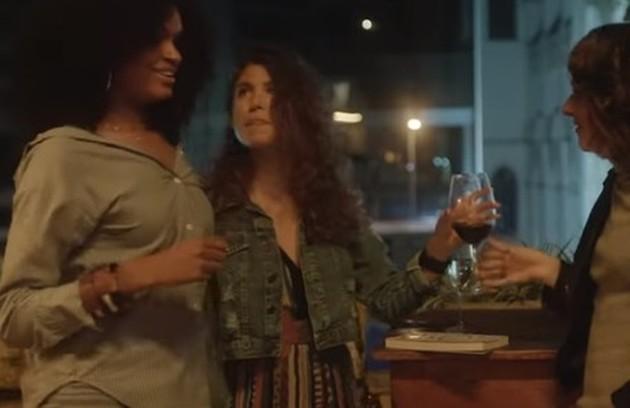 Samantha aparecerá com Renata (Debora Rodrigues), sua nova namorada, o que causará um certo desconforto em Lica (Foto: TV Globo)