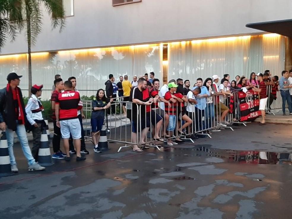 Torcedores do Flamengo no hotel em Brasília — Foto: Felipe Schmidt